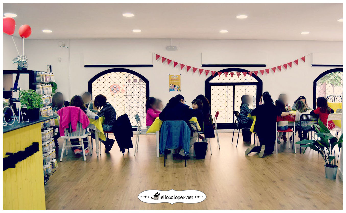 taller de chapas con niños en el lobo lopez la primera tienda fisica de españa dedicada exclusivamente a las chapas